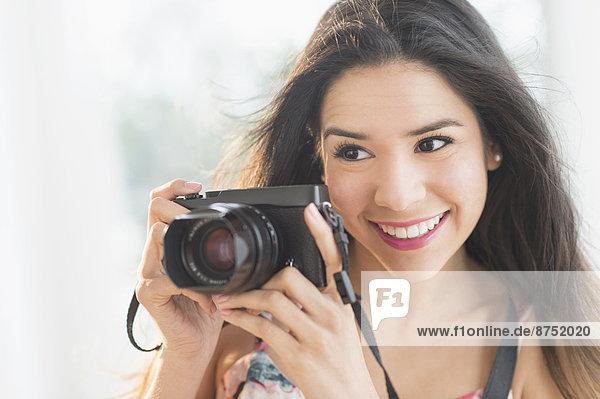 Portrait  Frau  lächeln  Hispanier  halten
