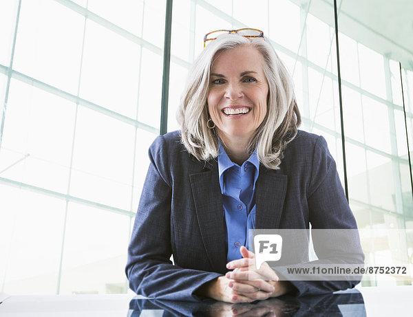 Portrait  Europäer  Geschäftsfrau  Schreibtisch  Hoffnung