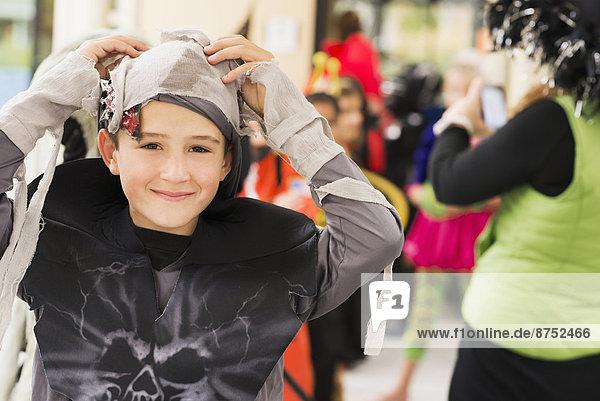Portrait  Europäer  lächeln  Junge - Person  Kostüm - Faschingskostüm  Mumie