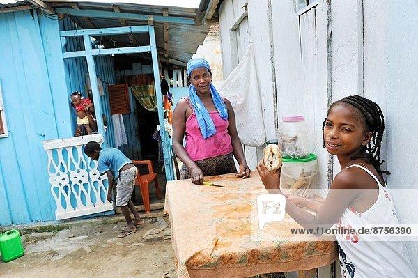 Anschnitt  Jugendlicher  Buch  Brot  kaufen  Insel  Norden  jung  Afrika  Marmelade