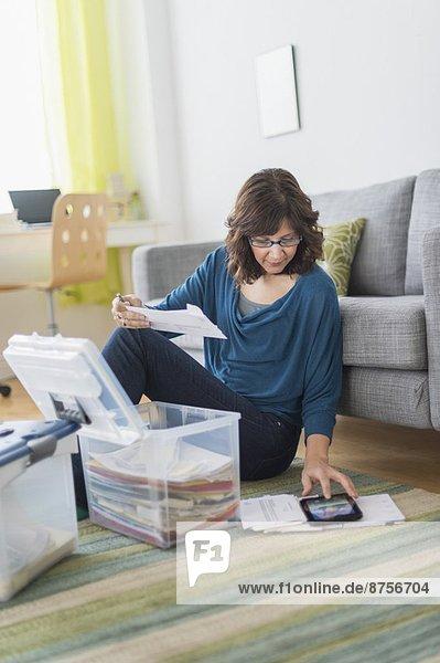 Interior zu Hause benutzen Frau Computer Tablet PC Schreibarbeit