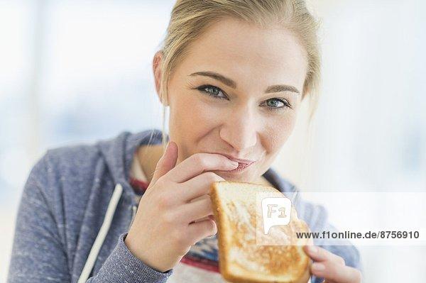 Frau  Toastbrot  essen  essend  isst