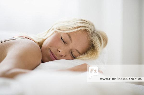 Junge Frau schlafen