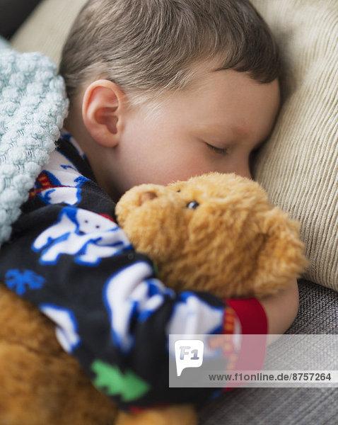 Bär  Junge - Person  halten  schlafen  Teddy  Teddybär  5-9 Jahre  5 bis 9 Jahre