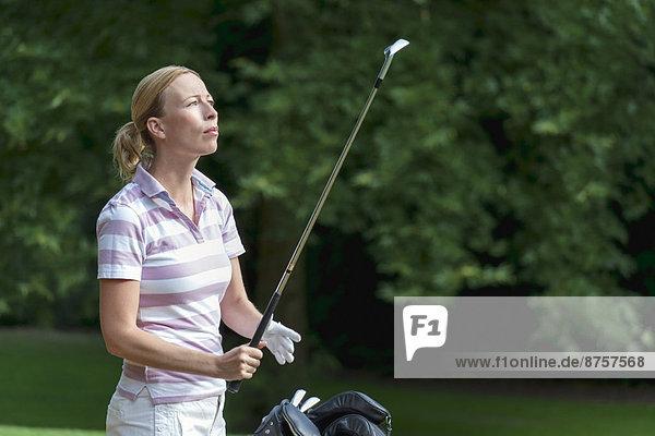 Frau am Golfplatz