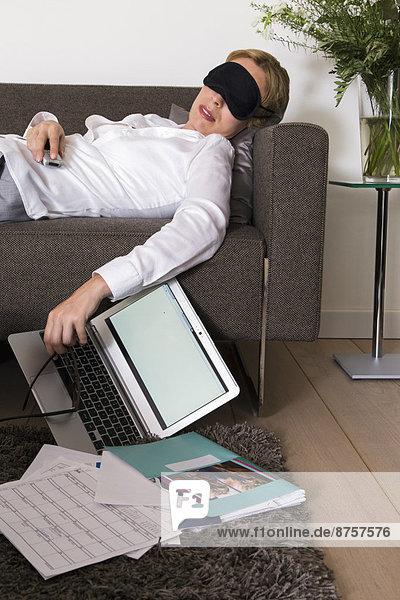 Interior  zu Hause  Frau  Couch  arbeiten  schlafen