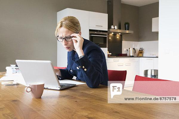 Frau  am Tisch essen  Zimmer  arbeiten