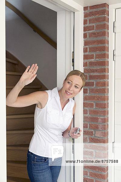 aufmachen Frau Tür winken