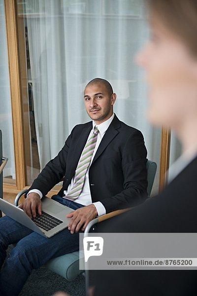 Stockholm  Hauptstadt  Mann  Notebook  Geschäftsbesprechung  Zimmer  Mittelpunkt  Erwachsener  Konferenz  Schweden