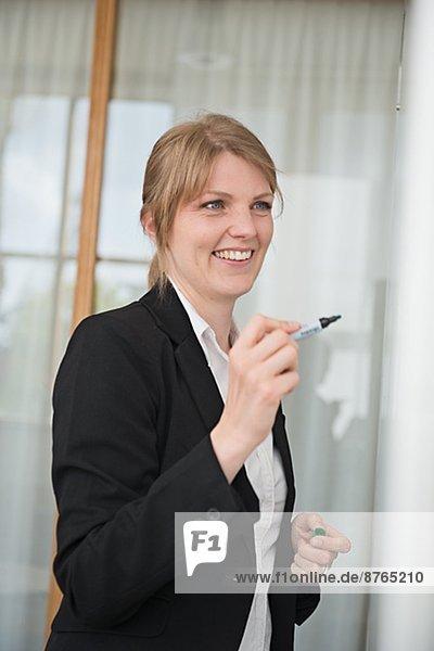 zeigen  Stockholm  Hauptstadt  Frau  lächeln  Mittelpunkt  Erwachsener  Schweden