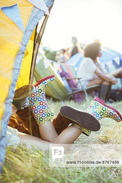 Paarbeine  die beim Musikfestival aus dem Zelt ragen Paarbeine, die beim Musikfestival aus dem Zelt ragen