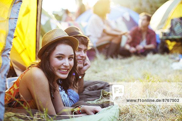Porträt des Paares  das beim Musikfestival im Zelt liegt.