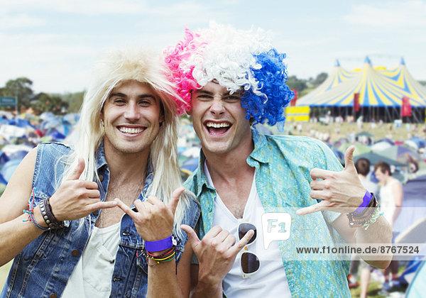 Porträt von Männern mit Perücken beim Musikfestival