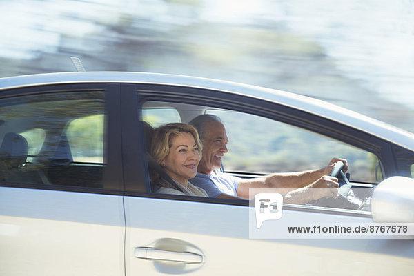 Glückliches Seniorenpaar beim Autofahren