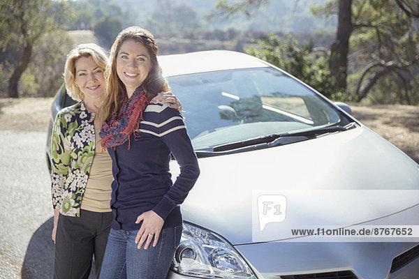 Porträt von Mutter und Tochter außerhalb des Autos