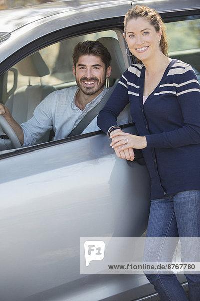 Porträt des glücklichen Paares im Innen- und Außenwagen