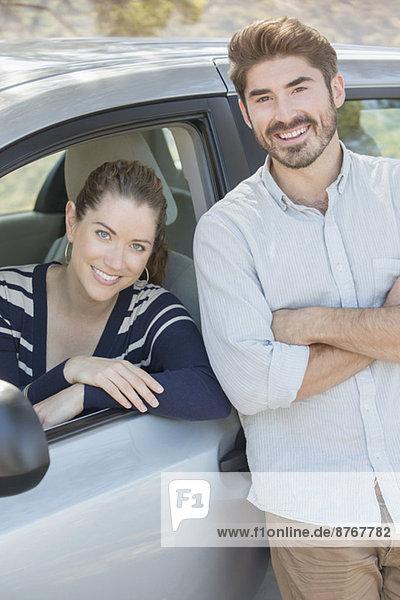 Porträt eines lächelnden Paares im Innen- und Außenwagen