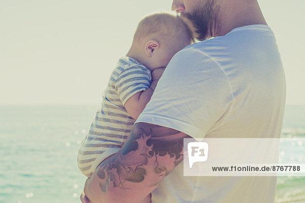 Nahaufnahme des Vaters mit seinem Sohn am Strand