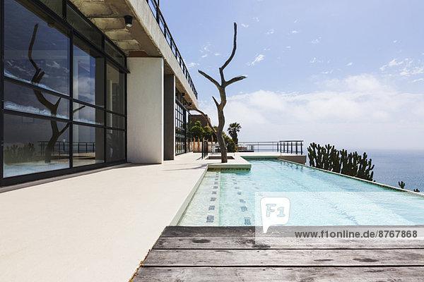 Luxuriöser Pool mit Blick auf den Ozean