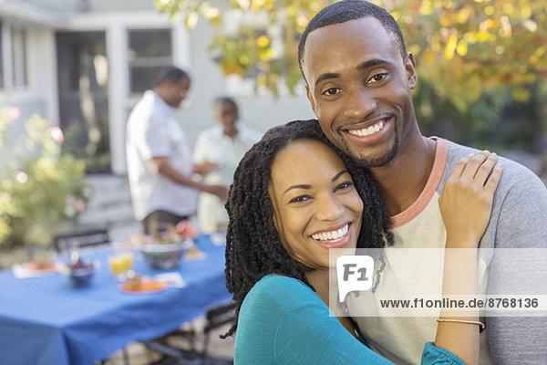 Porträt des glücklichen Paares am Terrassentisch