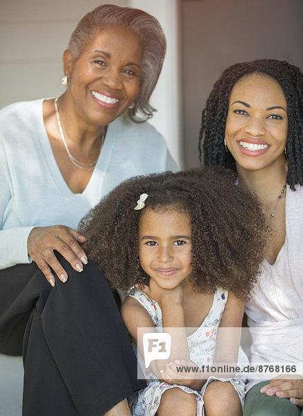 Porträt von lächelnden Mehrgenerationen-Frauen