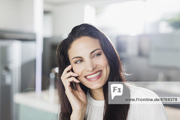 Glückliche Frau spricht am Handy