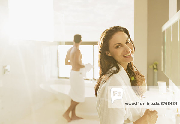 Porträt einer lächelnden Frau im Bad