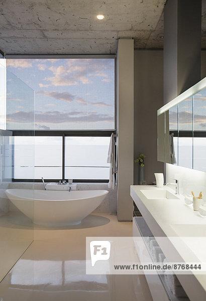 Badewanne im modernen Bad