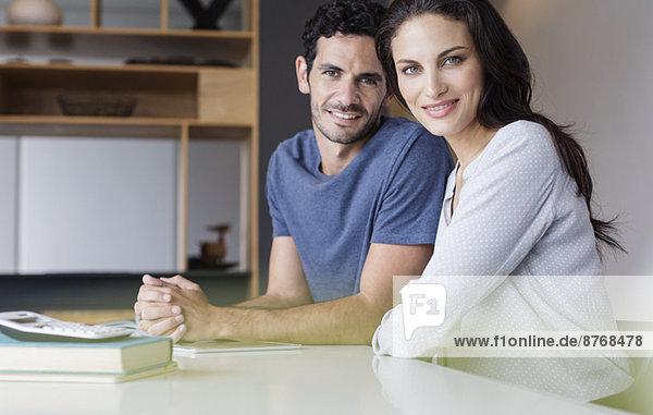 Porträt eines lächelnden Paares bei Tisch