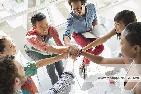 Kreative Geschäftsleute  die die Hände in den Schoß legen