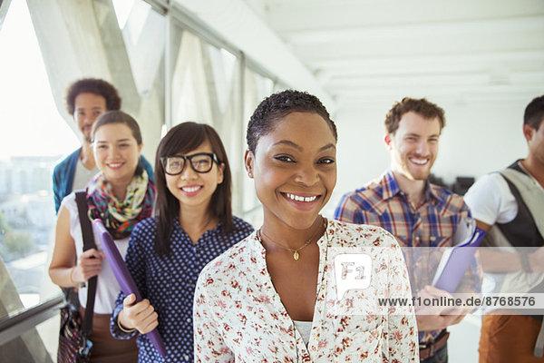 Porträt von lächelnden kreativen Geschäftsleuten im Büroflur