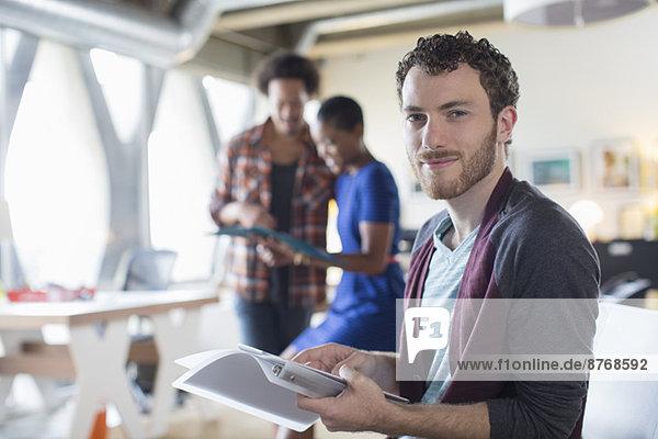 Porträt eines selbstbewussten Gelegenheitsunternehmers mit Papierkram im Büro