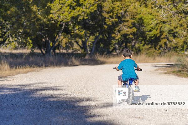 USA  Texas  Kleiner Junge mit Stabilisatoren