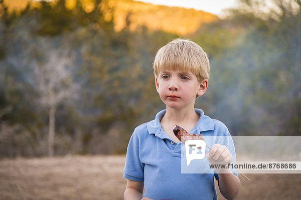 USA  Texas  Junge mit Grillwurst