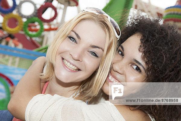 Zwei junge Frauen auf dem Messegelände  Portrait