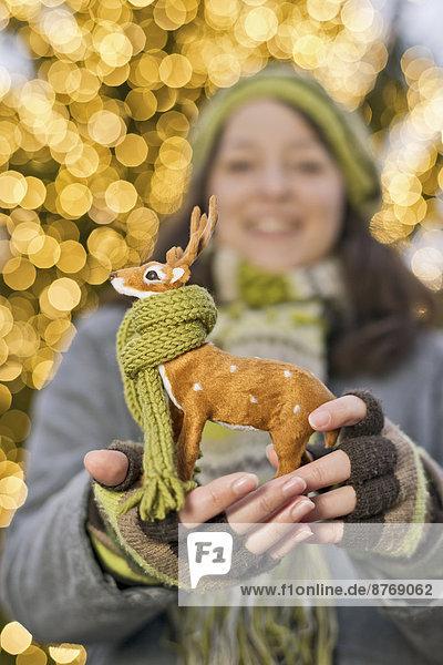 Junge Frau mit Miniatur-Hirsch mit Schal