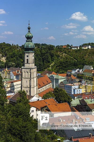 Deutschland  Bayern  Burghausen  Stadtbild mit Pfarrkirche St.Jakob