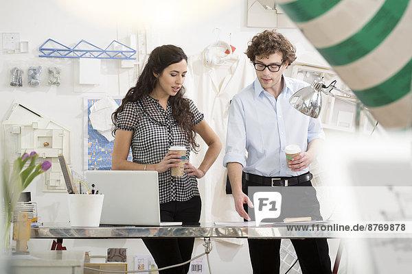 Zwei junge Architekten diskutieren den Entwurf