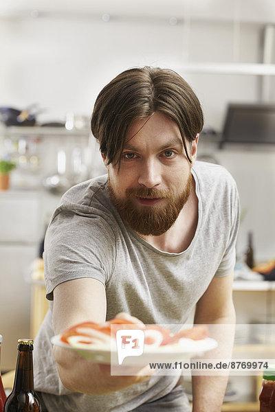 Mann in der Küche Opferteller mit Tomaten