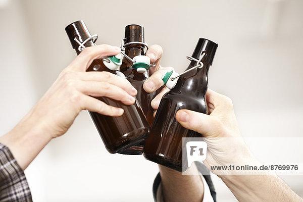 Freunde klirrende Bierflaschen