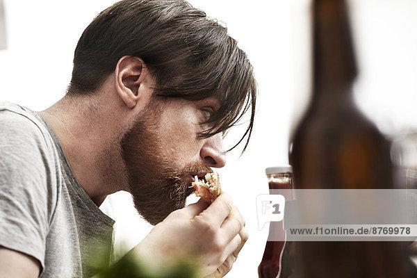 Mann mit Bart essen