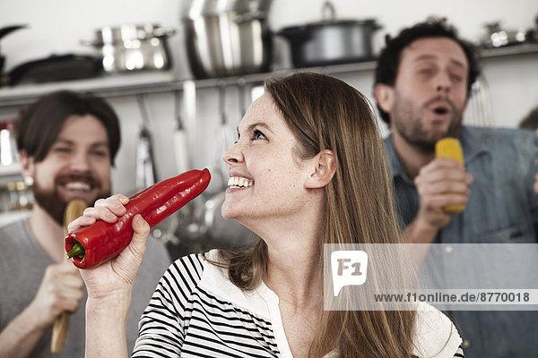 Freunde bei der Zubereitung von Speisen und Spaß in der Küche