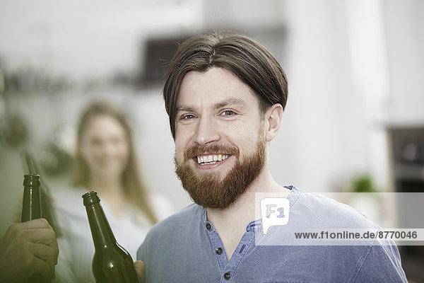 Freunde in der Küche trinken Bier