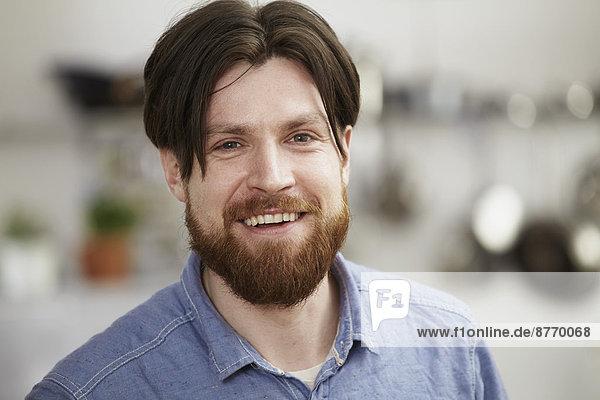 Porträt eines lächelnden Mannes mit Bart