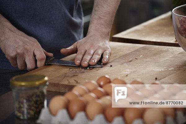 Mann bei der Zubereitung von Speisen in der Küche