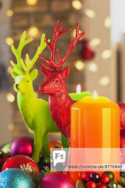 Bunter Adventskranz mit Kerzen und Spielzeughirschen