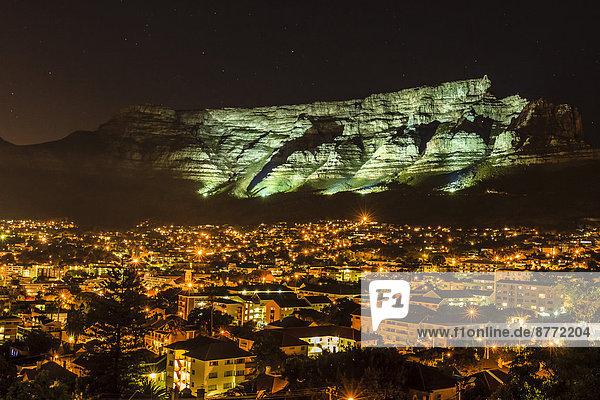 Tafelberg wird angestrahlt  Kapstadt  Westkap  Südafrika