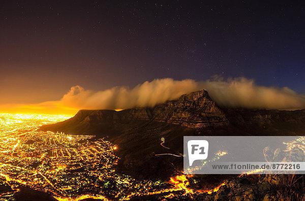 Kapstadt bei Nacht vom Löwenkopf aus  Kapstadt  Westkap  Südafrika