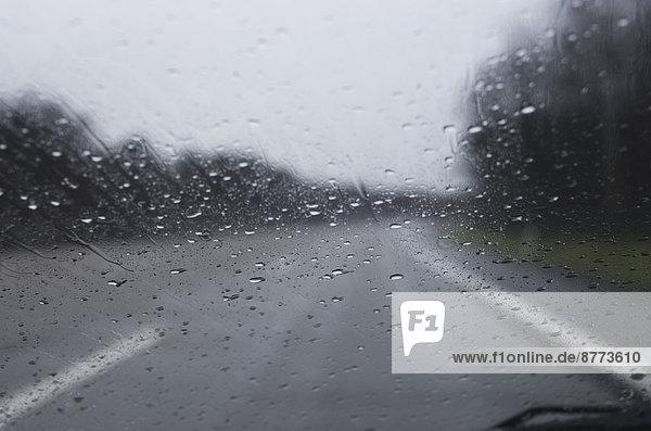 Blick durch die Windschutzscheibe mit Regentropfen