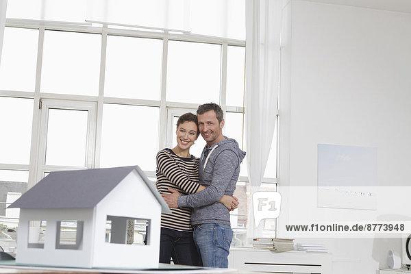 Paar zu Hause mit Musterhaus